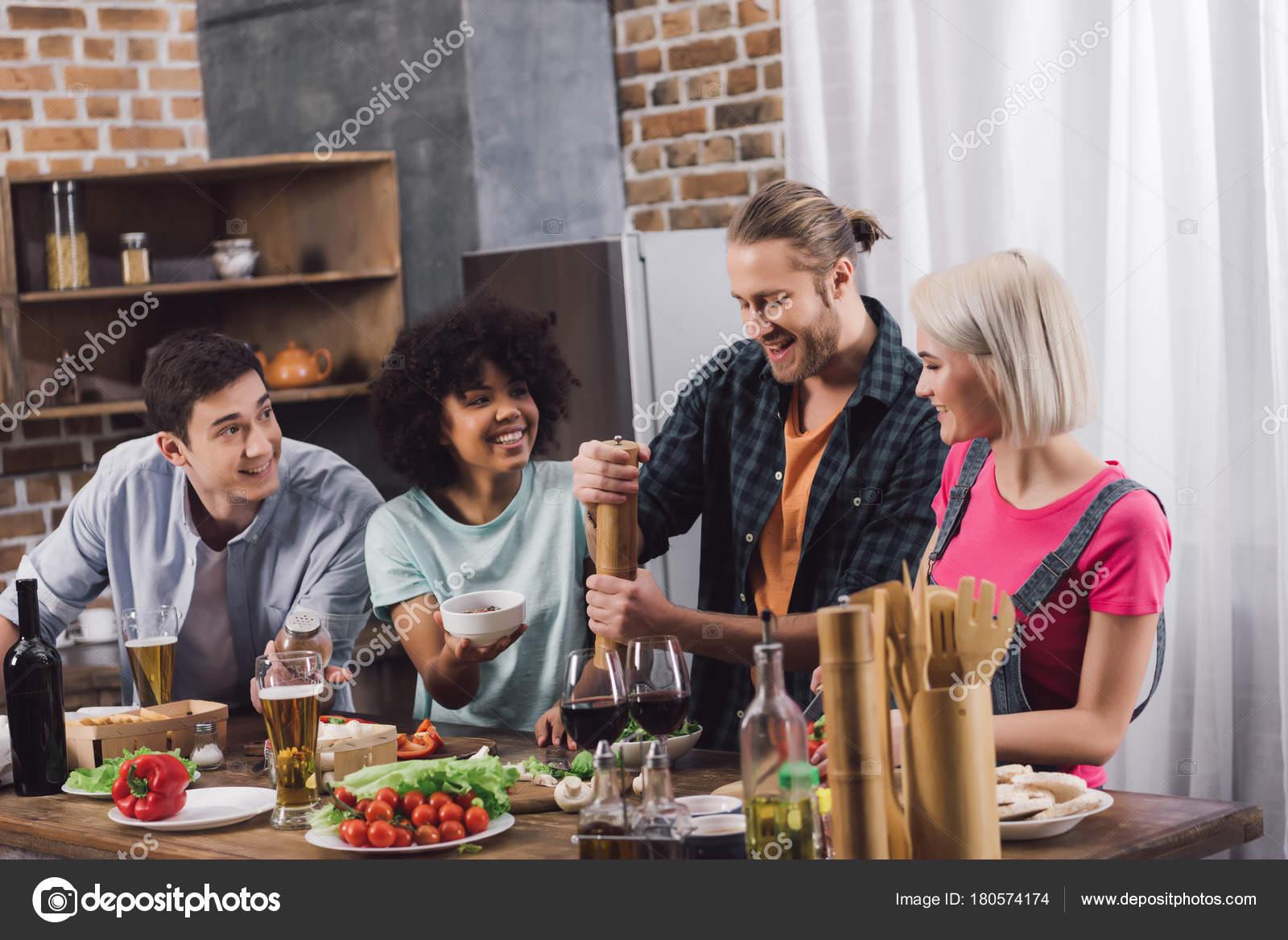Glückliche Freunde mit Smartphones beim Essen — Stockfoto