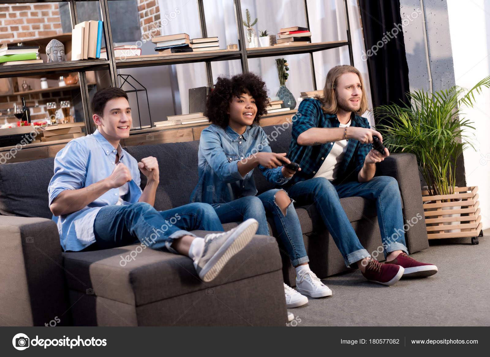 Amigos Multiculturales Jugando Video Juego Casa Fotos De Stock