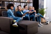 Fotografie Multikulti-Freunde sehen Fußballspiel zu Hause