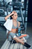 kimerült sportos nő nyugtató jóga matracot tornaterem