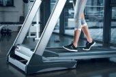 Schuss der Sportlerin auf Laufband im Fitnessstudio beschnitten
