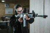 dívka míření puškou v střelnice
