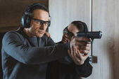 Ausbilderin beschreibt Klient, wie man im Schießstand schießt