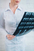oříznuté záběr ženského lékaře zkoumání mri skenování