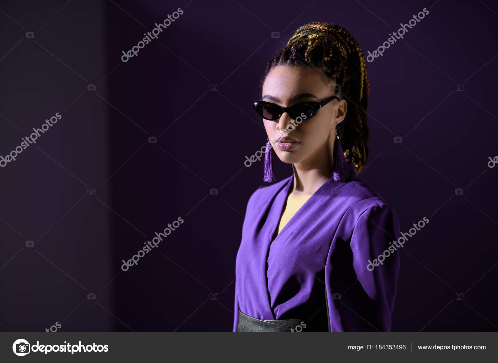 829cd61b0b Κομψό κορίτσι αφρικανική αμερικανική θέτοντας σε ultra violet μπουφάν και γυαλιά  ηλίου — Εικόνα από ...