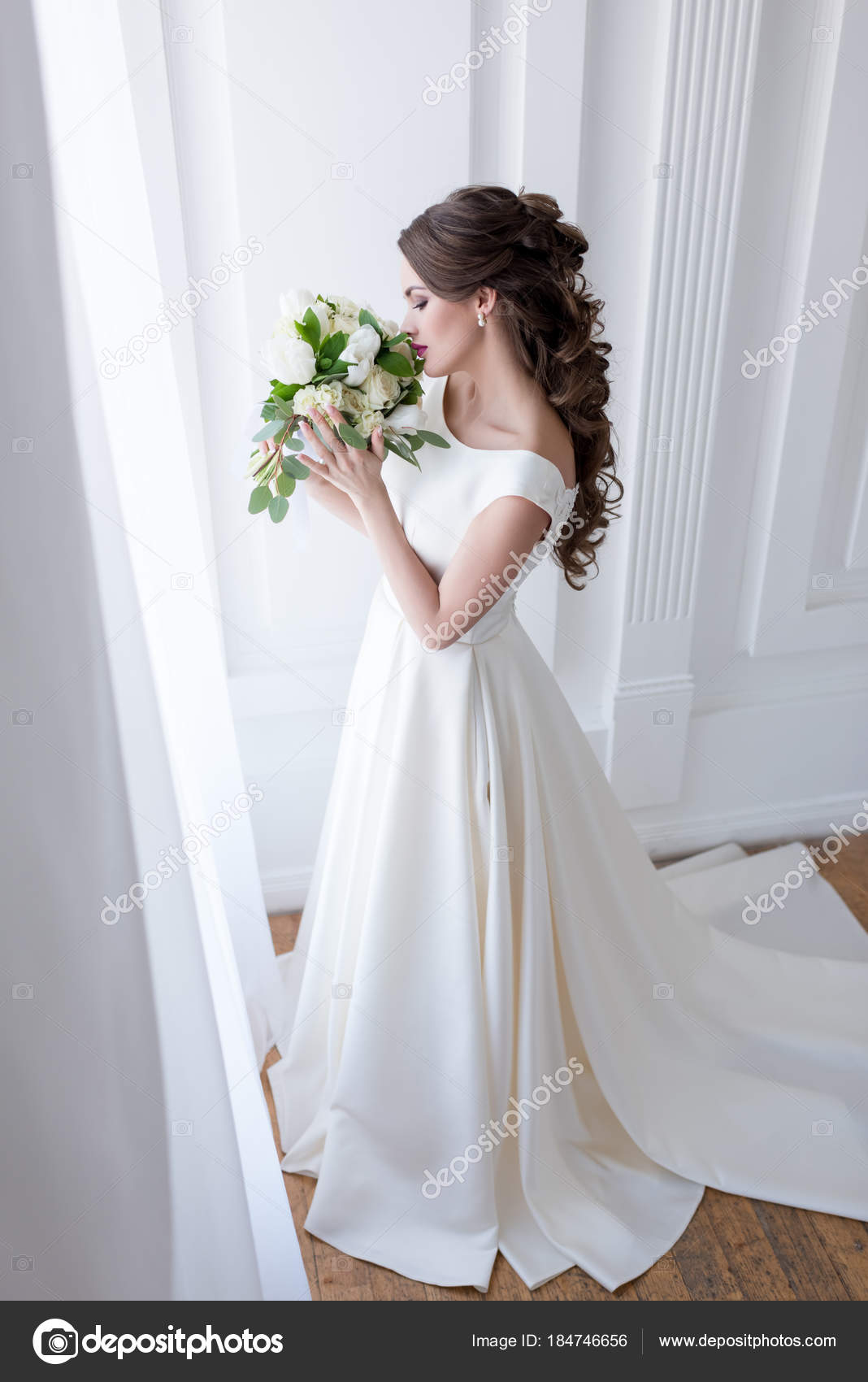 Witte Jurk Op Een Bruiloft.Elegante Bruid Traditionele Witte Jurk Snuiven Bruiloft Boeket