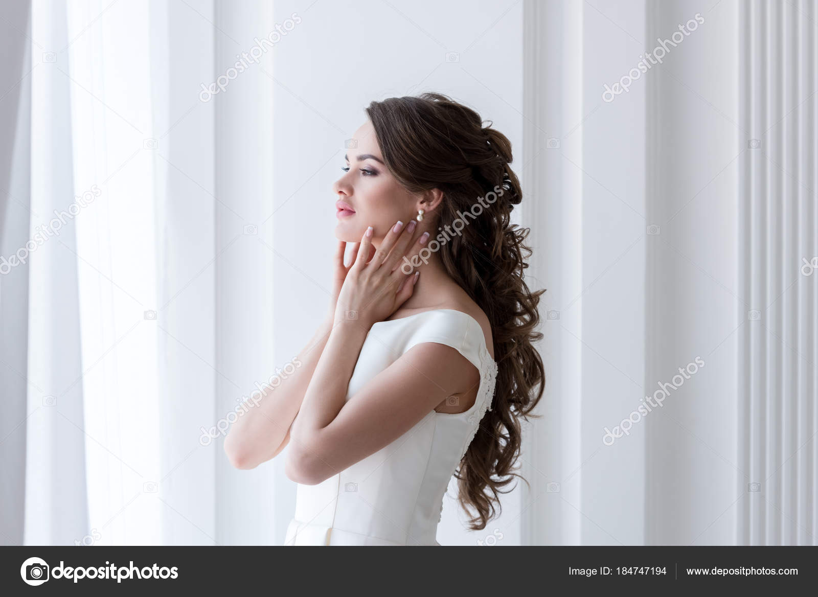 Elegant Bride Beautiful Wedding Dress — Stock Photo © VitalikRadko ...