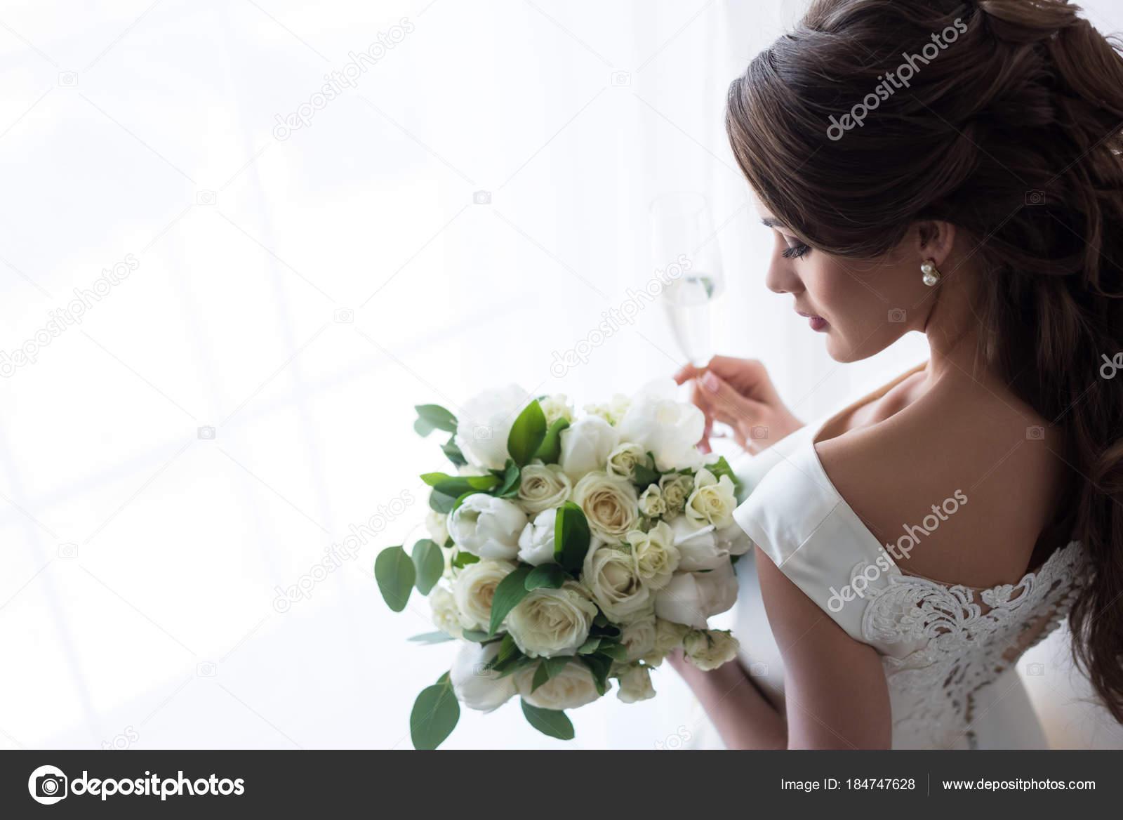 Attraktive Braut Traditioneller Tracht Mit Brautstrauss Und Glas