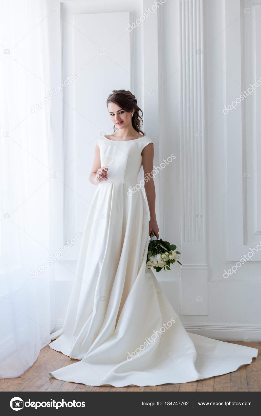 Schone Braut Traditioneller Tracht Mit Brautstrauss Und Glas