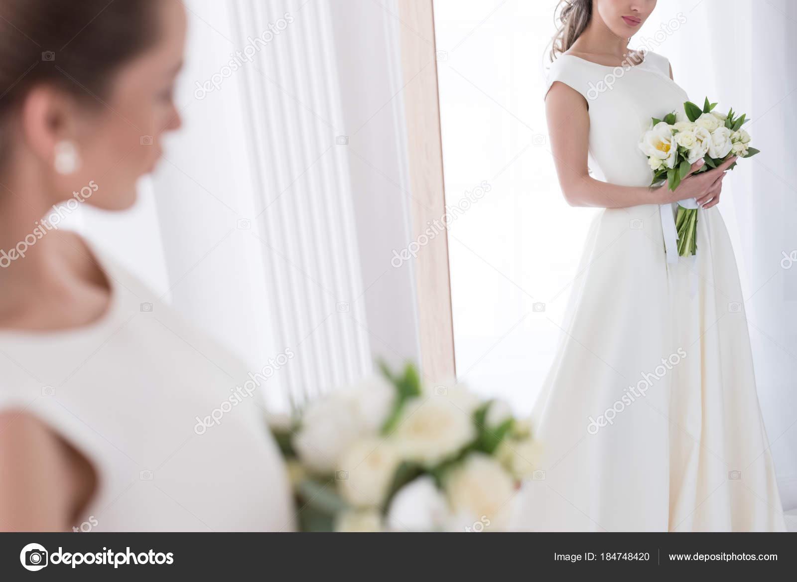 Braut Traditioneller Tracht Mit Brautstrauss Blick Auf Ihr