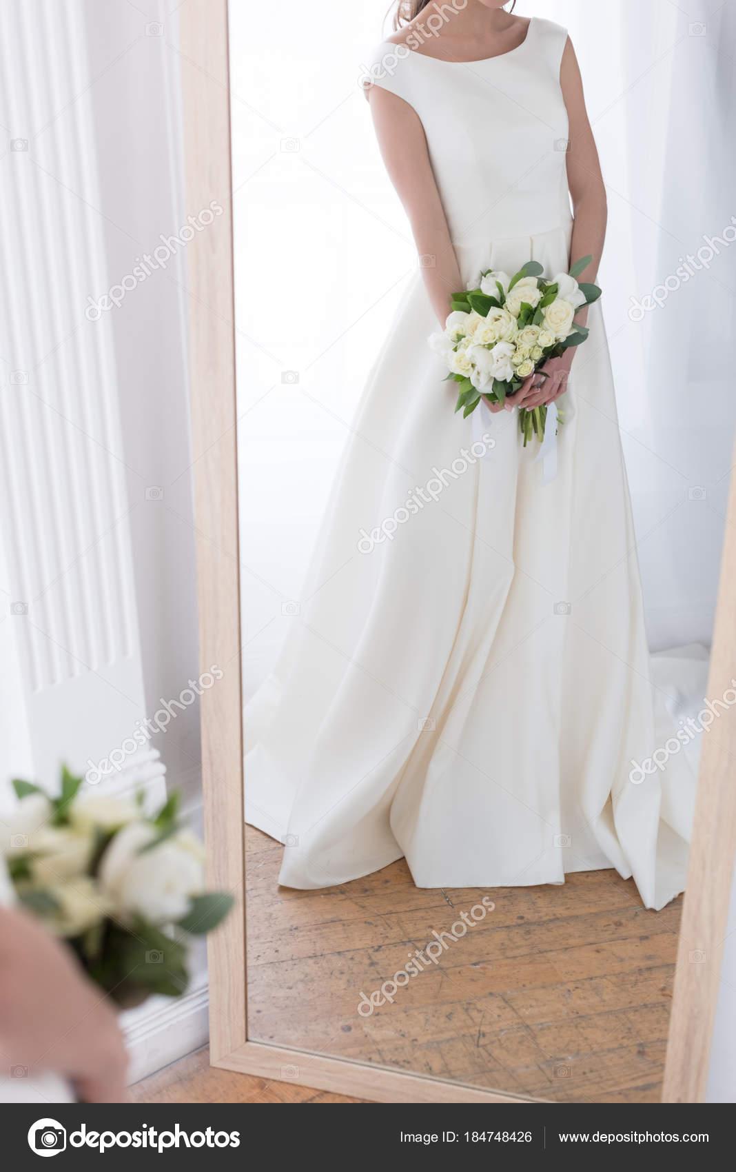 Ansicht Der Reflexion Der Braut Tracht Mit Brautstrauss Spiegel