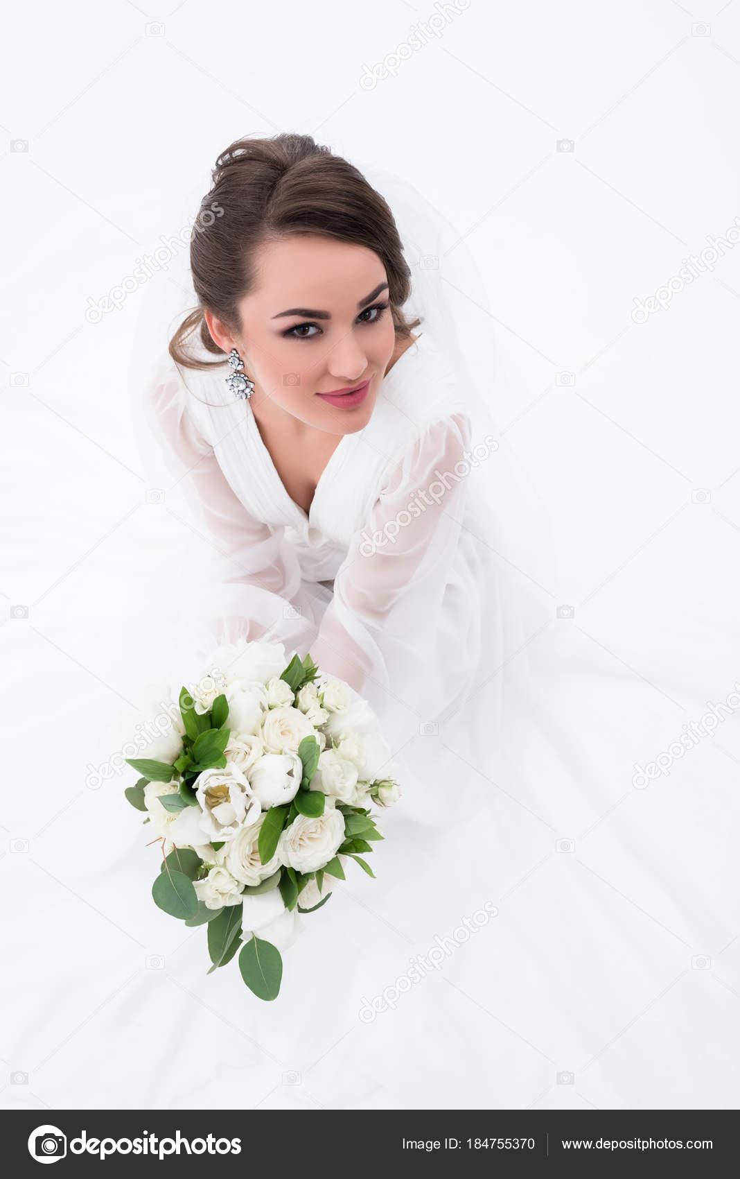 Braut Traditionellen Weißen Kleid Hochzeit Bouquet Hält Lächelnd ...