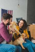 Fényképek Férfi és a nő ül a kanapén két labrador kiskutyák