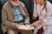 Vecchio uomo paziente e medico discutendo la trama del libro