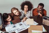 Fényképek multikulturális retro stílusú újságírók olvasás újságok elszigetelt szürke