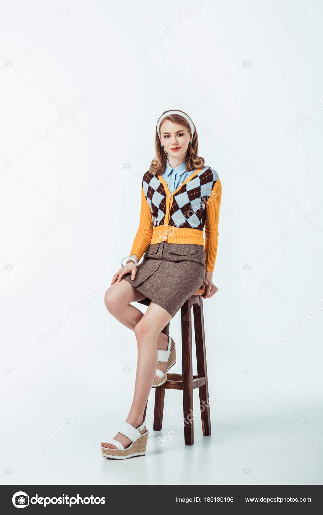 fille assise sur une chaise bois regardant cam ra sur blanc photographie vitalikradko 185180196. Black Bedroom Furniture Sets. Home Design Ideas