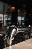 Photo Beer taps at bar counter at the restaurant