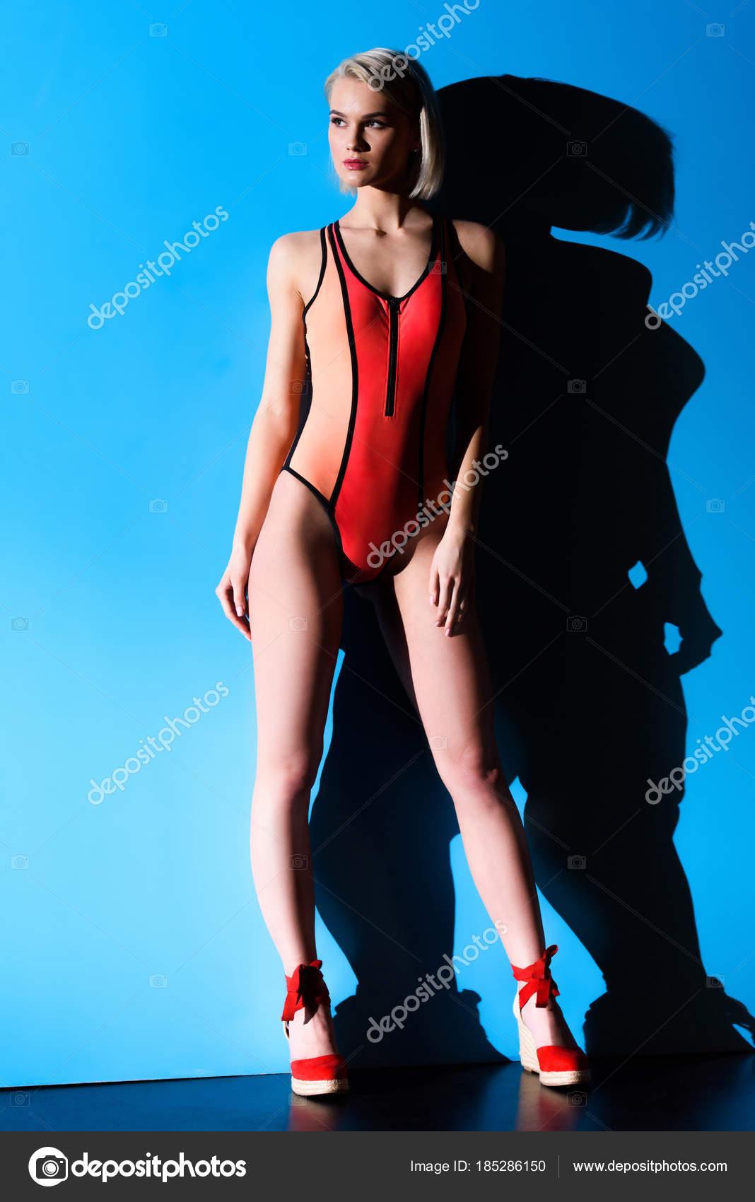 Trendy Badpak.Mooi Meisje Poseren Trendy Badpak Blauw Voor Mode Shoot Stockfoto