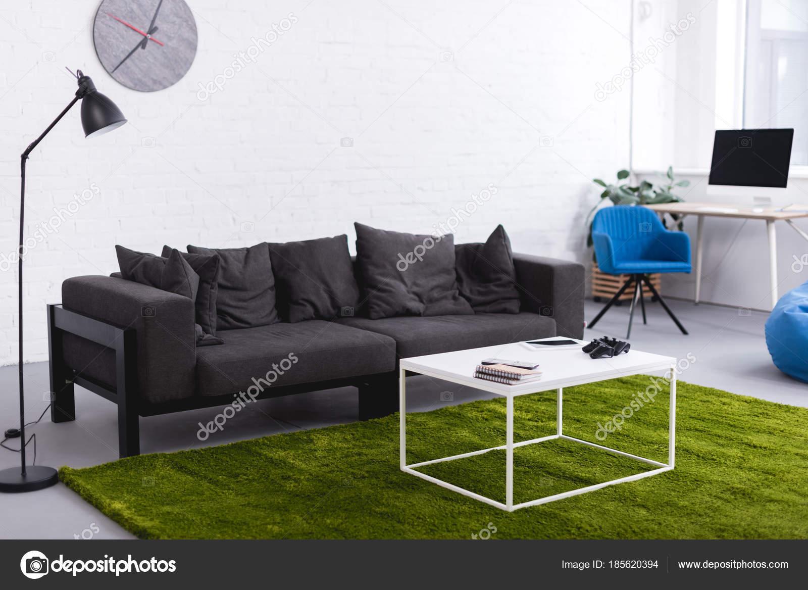 Tappeto Salotto Verde : Sofà grigio tappeto verde con tavoli nel salotto u2014 foto stock