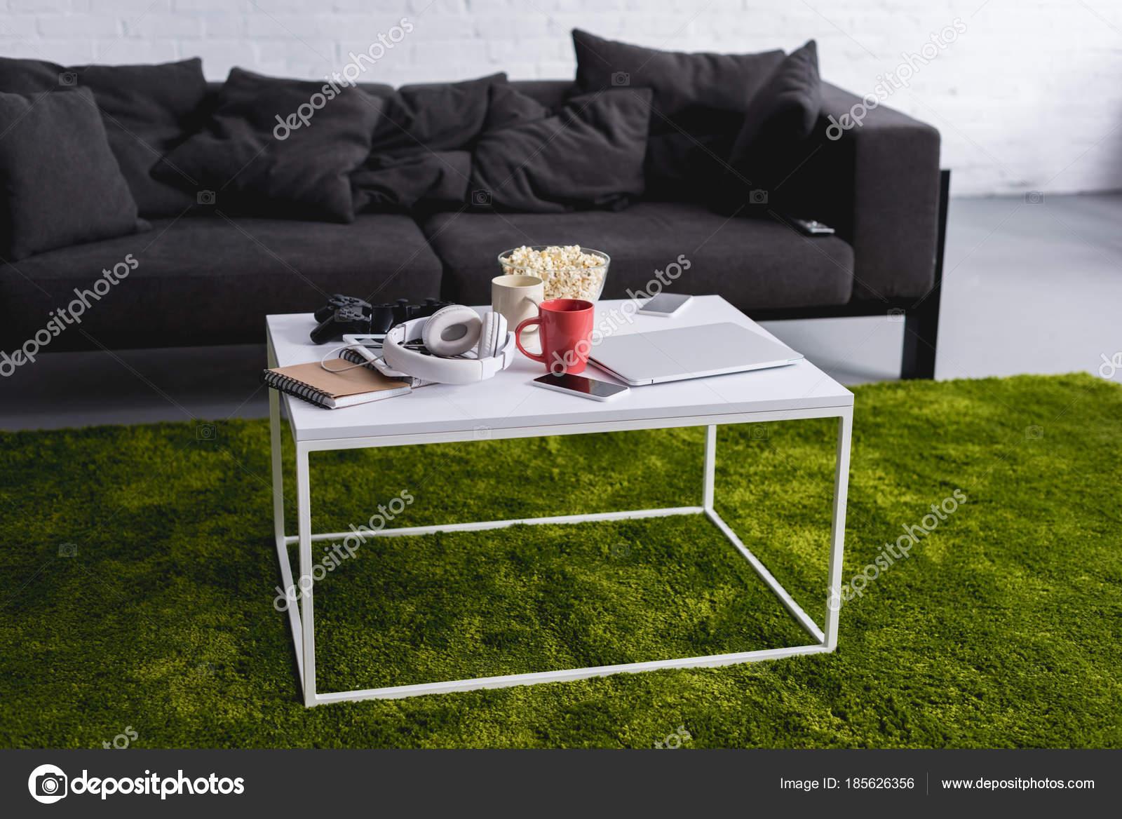 Tappeto Salotto Verde : Sofà grigio bianco tavolo con tappeto verde salotto u2014 foto stock