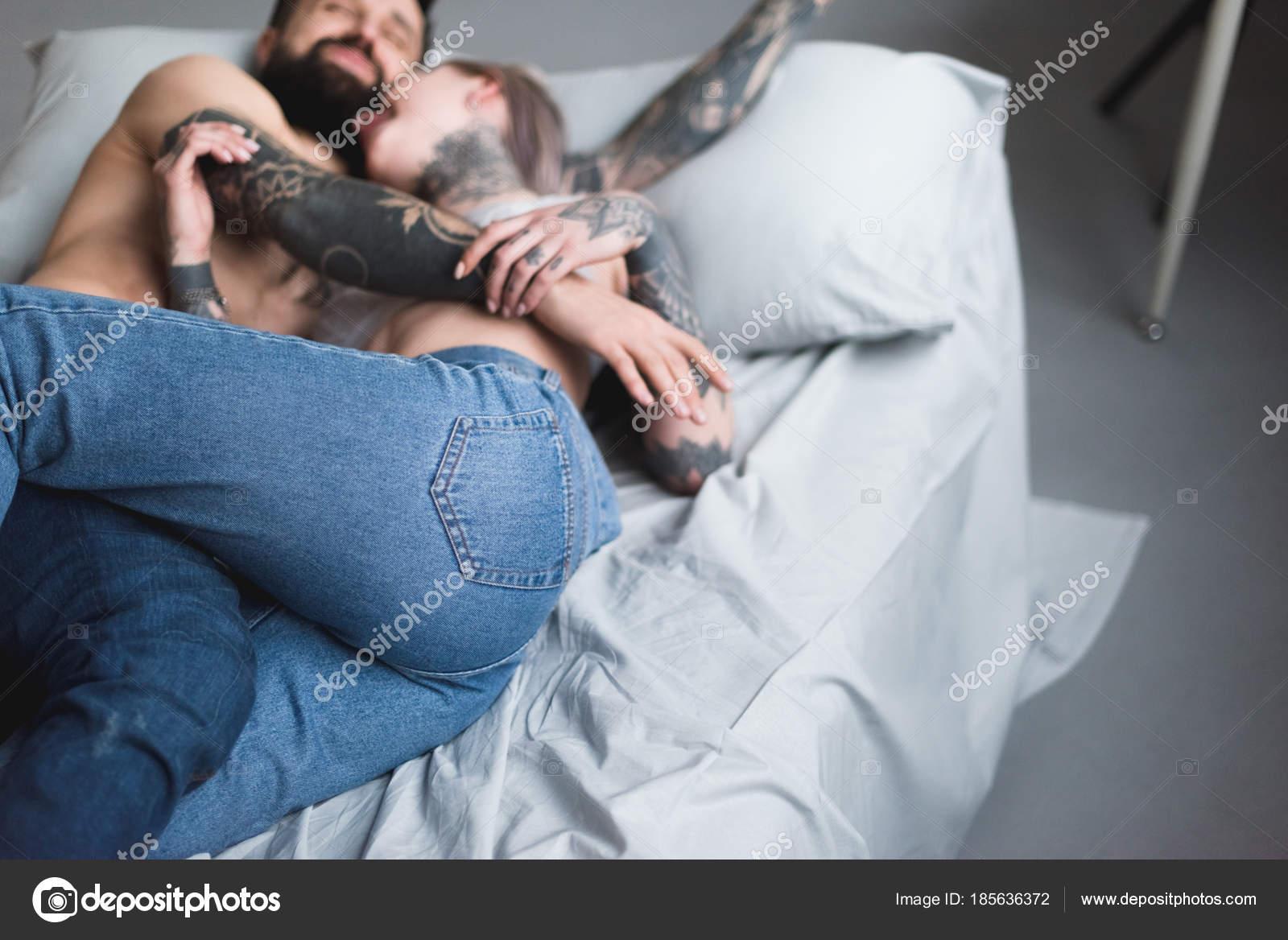 Tatuato Abbracciare Delle Coppie Torso Nudo Sul Letto — Foto Stock ...