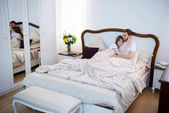 Photo Couple lying on bed in cozy modern bedroom