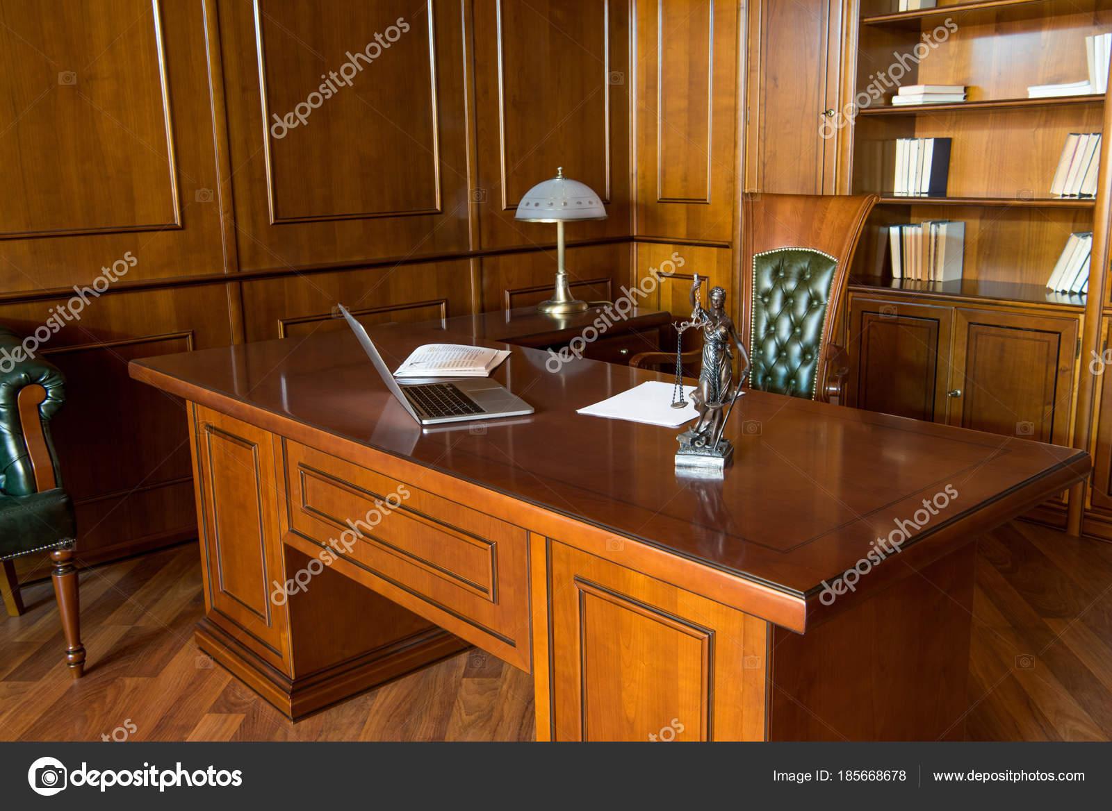 Interieur van kantoorruimte met laptop beeldje artikelen houten