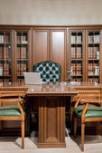 Interiér místnosti úřadu s židle a stůl v klasickém provedení