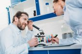 Fotografie vědců v bílých pláštích a dioptrické brýle v laboratoři