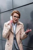 portrét směřují podnikatelka na smartphone na ulici