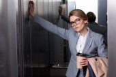 Fényképek Üzletasszony ruha kávé megy-lift portréja