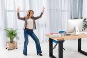 Fotografia elegante donna di affari che mostra il segno di pace in ufficio