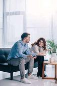 Rozvádějící se mladý pár v kanceláři psychiatr