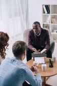 Afro-amerikai tanácsadó beszélni pár hivatalban elválik