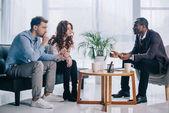 Usmíval se americký psychiatr mluvit mladý pár v kanceláři