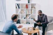 Americký psychiatr mluvit mladé mužské klienta
