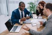 Dühös afrikai üzletember találkozó partnerek