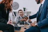Három üzletemberek birtoklás találkozó a Modern iroda