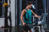 gut aussehend Sportler, training auf dem Laufband im Fitnessstudio