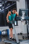 Fotografie müde Sportler, training auf dem Laufband im Fitnessstudio