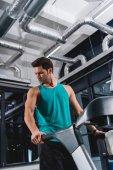 Fotografie gut aussehend Sportler auf Laufband im Fitness-Studio trainieren