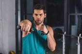 izmos sportoló gyakorlása a tornateremben súlyzó