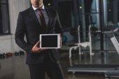 oříznutý pohled správce prezentace digitální tabletu ve sportovním centru