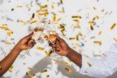 részleges kiadványról african american pár csengő pohár pezsgőt a fehér arany konfetti