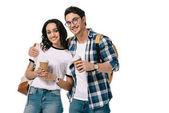 multikulturní studenti objímání a pořádání jednorázových skleničky izolované na bílém