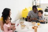Fotografie glückliche junge Familie Zeit miteinander zu verbringen, in Küche