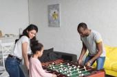 Fotografie africká americká rodina hrát stolní fotbal společně doma