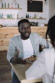 částečný pohled afroamerické muže trávit čas s přítelem v kavárně