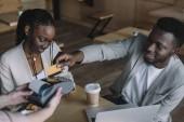 Fényképek közben tölteni az időt a barátom kávézóban megrendelés hitelkártyával fizet az afro-amerikai ember