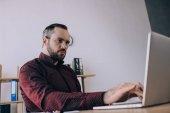 zaměřil podnikatel pracuje na notebooku na pracovišti v úřadu